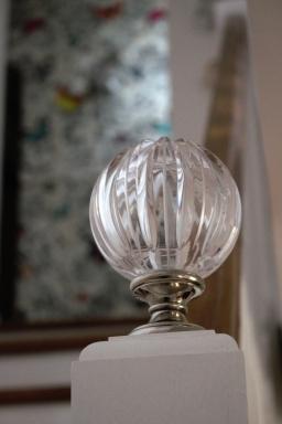 Détail d'une boule d'escaliers en verre